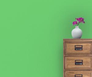 stolik s vazou zelena stena