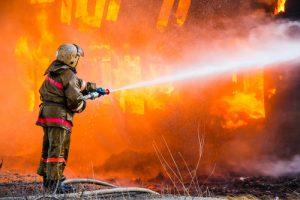 Požiarnik hasiaci oheň